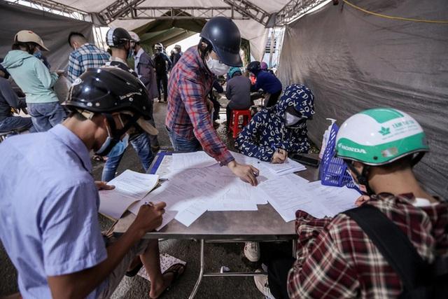 CLIP: Người dân các tỉnh ùn ùn đổ về Thủ đô sau khi Hà Nội nới lỏng giãn cách xã hội - Ảnh 10.