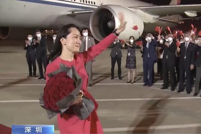 Trung Quốc đón công chúa Huawei như một vị anh hùng: Toà nhà cao nhất thắp sáng dòng chữ chào mừng trở về nhà, đài truyền hình livestream quá trình hạ cánh - Ảnh 3.