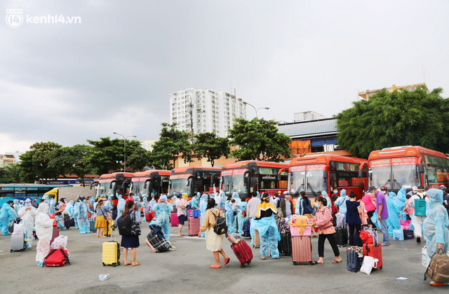 Hàng trăm bà bầu đội mưa, đợi xe về Quảng Ngãi sau bao ngày trông ngóng: Được về là tốt lắm rồi - Ảnh 1.