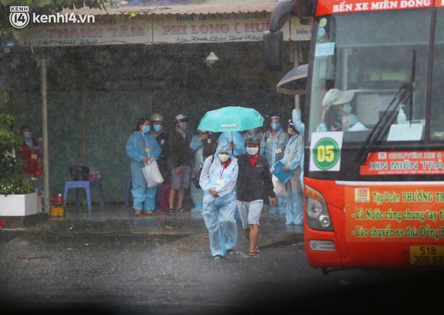 Hàng trăm bà bầu đội mưa, đợi xe về Quảng Ngãi sau bao ngày trông ngóng: Được về là tốt lắm rồi - Ảnh 2.