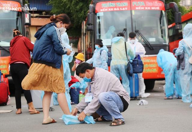 Hàng trăm bà bầu đội mưa, đợi xe về Quảng Ngãi sau bao ngày trông ngóng: Được về là tốt lắm rồi - Ảnh 11.
