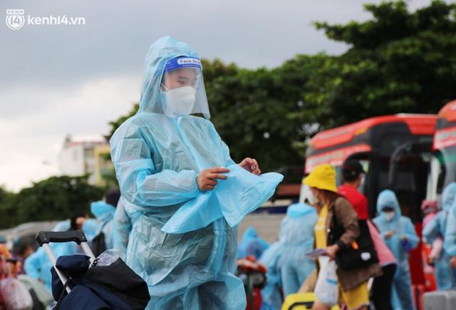 Hàng trăm bà bầu đội mưa, đợi xe về Quảng Ngãi sau bao ngày trông ngóng: Được về là tốt lắm rồi - Ảnh 12.