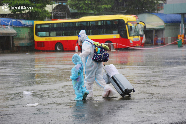 Hàng trăm bà bầu đội mưa, đợi xe về Quảng Ngãi sau bao ngày trông ngóng: Được về là tốt lắm rồi - Ảnh 13.