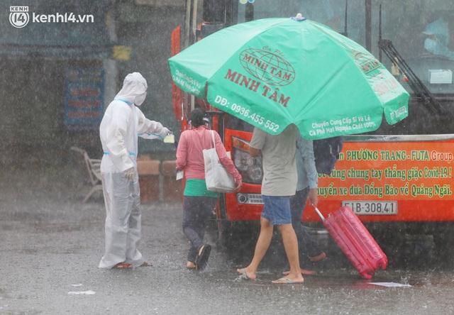 Hàng trăm bà bầu đội mưa, đợi xe về Quảng Ngãi sau bao ngày trông ngóng: Được về là tốt lắm rồi - Ảnh 14.