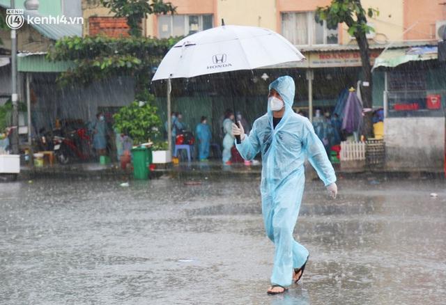 Hàng trăm bà bầu đội mưa, đợi xe về Quảng Ngãi sau bao ngày trông ngóng: Được về là tốt lắm rồi - Ảnh 15.
