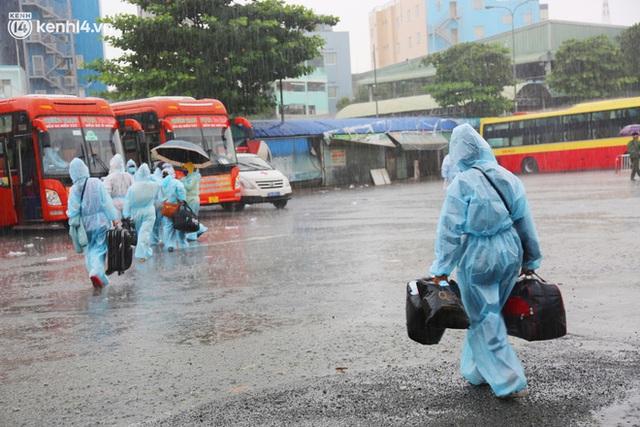 Hàng trăm bà bầu đội mưa, đợi xe về Quảng Ngãi sau bao ngày trông ngóng: Được về là tốt lắm rồi - Ảnh 16.
