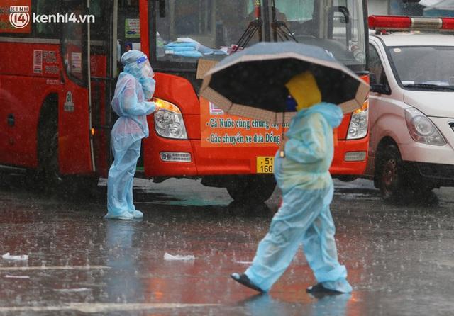 Hàng trăm bà bầu đội mưa, đợi xe về Quảng Ngãi sau bao ngày trông ngóng: Được về là tốt lắm rồi - Ảnh 17.