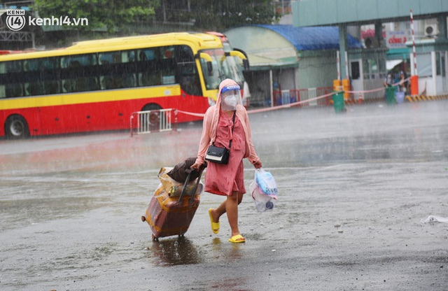 Hàng trăm bà bầu đội mưa, đợi xe về Quảng Ngãi sau bao ngày trông ngóng: Được về là tốt lắm rồi - Ảnh 4.