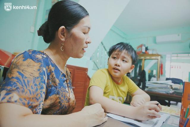 Ba mất sau khi nhiễm Covid-19, bé trai 8 tuổi xin mẹ đi tìm cây đèn thần để giúp ba hồi sinh - Ảnh 6.