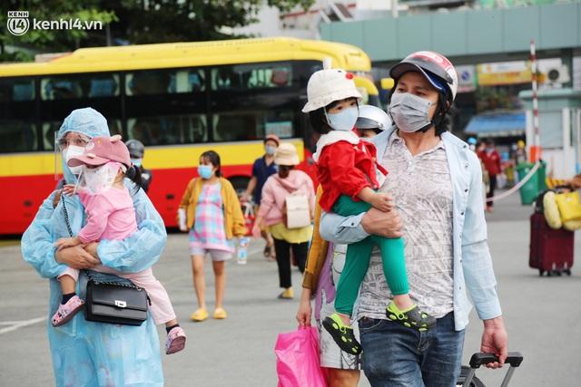 Hàng trăm bà bầu đội mưa, đợi xe về Quảng Ngãi sau bao ngày trông ngóng: Được về là tốt lắm rồi - Ảnh 6.