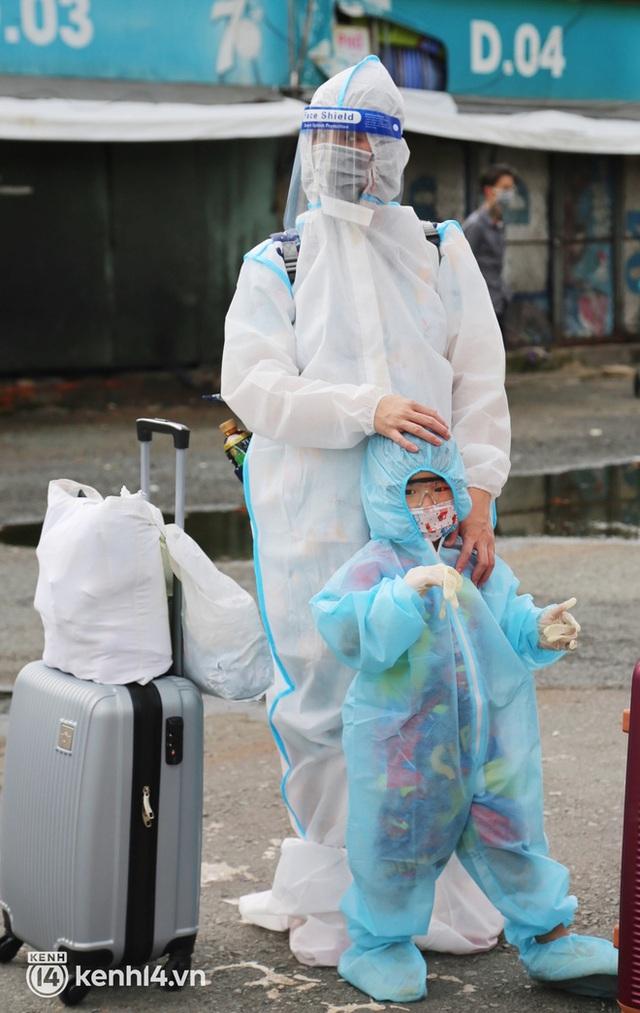 Hàng trăm bà bầu đội mưa, đợi xe về Quảng Ngãi sau bao ngày trông ngóng: Được về là tốt lắm rồi - Ảnh 7.