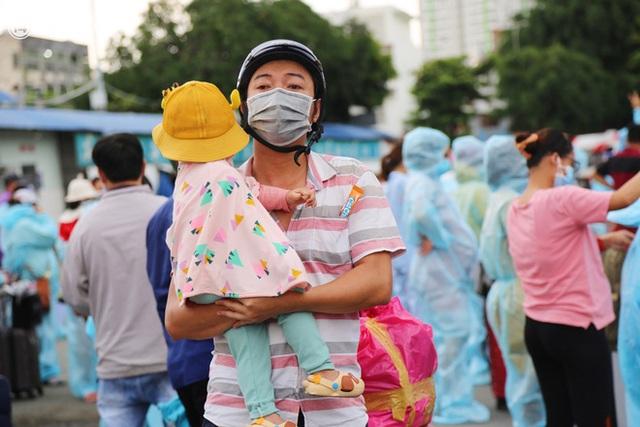 Hàng trăm bà bầu đội mưa, đợi xe về Quảng Ngãi sau bao ngày trông ngóng: Được về là tốt lắm rồi - Ảnh 8.