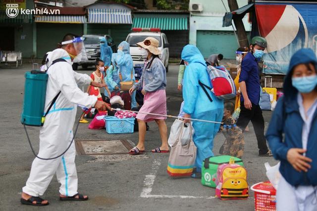 Hàng trăm bà bầu đội mưa, đợi xe về Quảng Ngãi sau bao ngày trông ngóng: Được về là tốt lắm rồi - Ảnh 10.