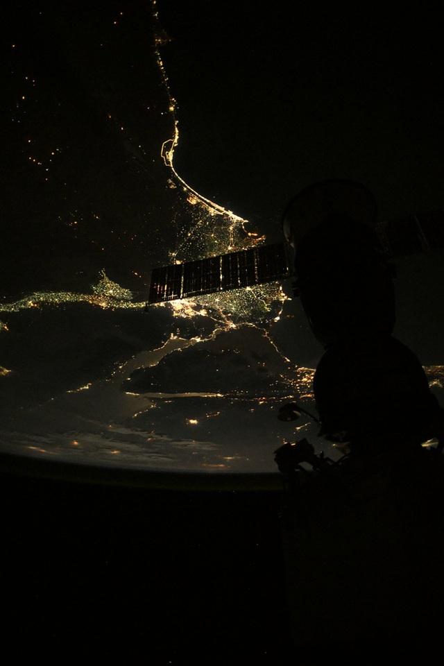 Cứ lên Trạm Vũ trụ ISS là sẽ chụp được ảnh Trái Đất đẹp lung linh? Thực tế không dễ như bạn nghĩ đâu - Ảnh 1.