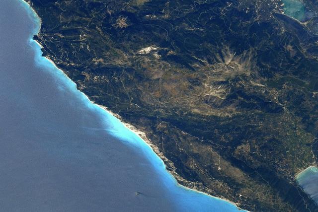 Cứ lên Trạm Vũ trụ ISS là sẽ chụp được ảnh Trái Đất đẹp lung linh? Thực tế không dễ như bạn nghĩ đâu - Ảnh 2.
