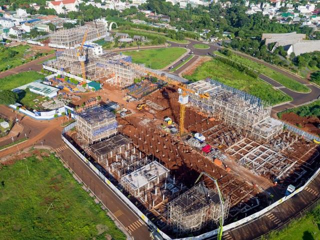 Những căn nhà đầu tiên trong dự án Thành phố Cà phê của ông Đặng Lê Nguyên Vũ đã cất nóc: Giá 7-10 tỷ đồng/căn, có thể đến ở vào cuối năm - Ảnh 2.