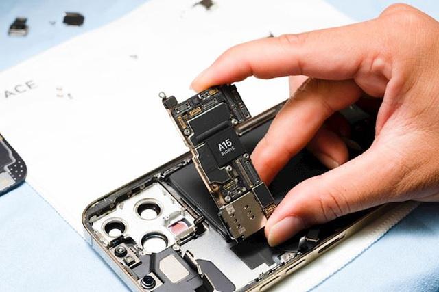 Hình ảnh mổ bụng chiếc iPhone 13 Pro Max đầu tiên tại Việt Nam, bên trong chiếc smartphone xịn xò này có gì? - Ảnh 7.