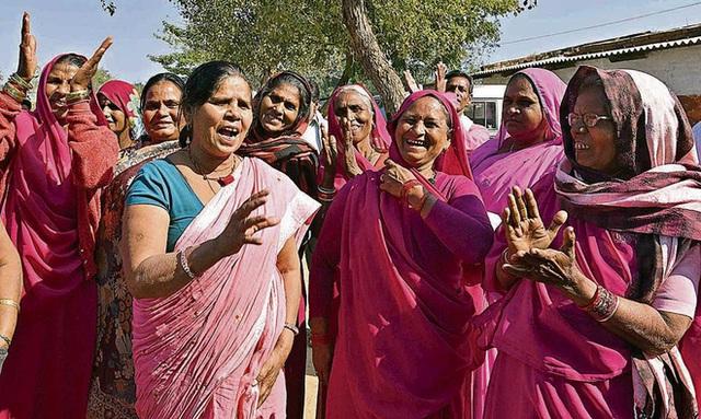 Gulabi Gang - Băng đảng màu hồng của chị em Ấn Độ chuyên đi diệt trừ yêu râu xanh, vũ phu và gia trưởng - Ảnh 5.