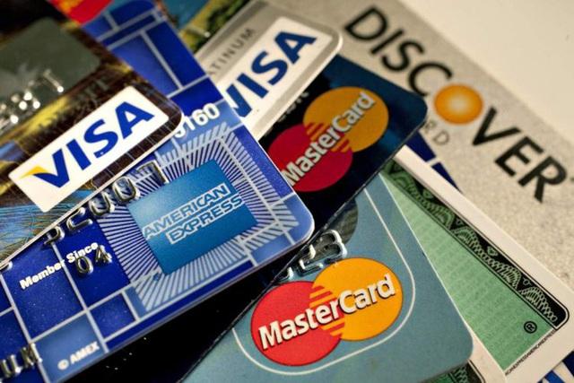 Ngân hàng bắt đầu hỗ trợ chủ thẻ tín dụng, giảm lãi suất xuống dưới 1%/tháng - Ảnh 1.