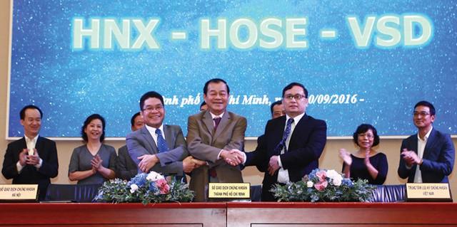 Các đại diện của HOSE, HNX và VSD cùng UBCK tại lễ ký kết thỏa thuận. Ảnh: Đầu tư Chứng khoán
