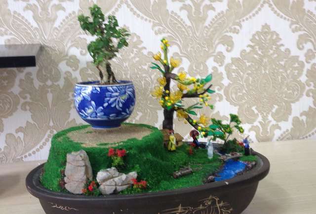 Bonsai có thiết kế gồm khung cảnh hoa đào, tà áo dài Việt Nam đang hút khách dịp trước Tết. Ảnh: Thế Trần
