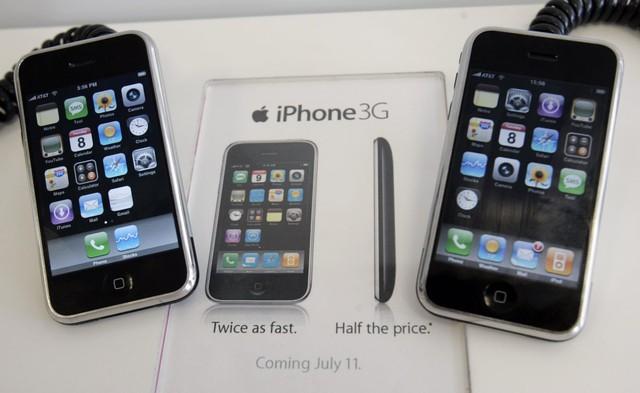 Các model iPhone đầu tiên ra mắt chỉ có 1 màu duy nhất, đó là đen cực bóng.