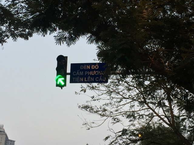 Đèn tín hiệu cấm xe đi trên cầu vượt, nhường đường cho xe BRT