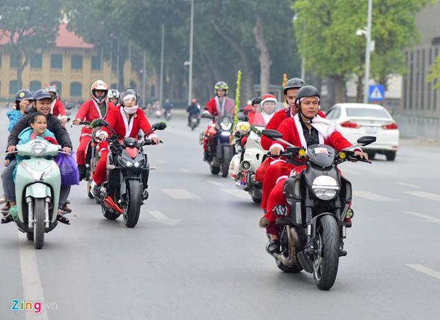 Chiều 24/12, 14 chiếc xe thuộc câu lạc bộ Free Rider Hà Nội và Kawasaki Max Moto Hà Nội diễu hành trên một số con đường lớn của thủ đô. Những xe khủng đã được sử dụng như Harley - Davidson, Honda Goldwing, Ducati 1199, Ducati Diavel...