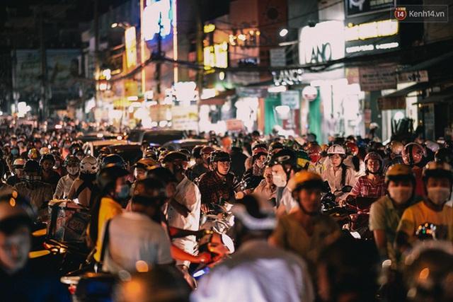Trung bình kẹt cũng từ 2 tiếng đến 2 tiếng rưỡi mỗi ngày tại khu vực đường Trường Chinh. Nguyên nhân chính là lỗi tham gia giao thông của mọi người vì rất nhiều người lấn tuyến hay băng ngang qua đường khiến các tuyến đường ùn tắc - thanh niên xung phong Nguyễn Đỗ Xuân Hoàng chia sẻ.