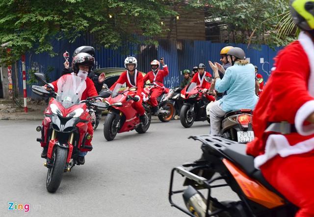 Bạn Nguyễn Thanh Phúc, trưởng ban tổ chức, cho biết cuộc diễu hành trong trang phục ông già Noel nhằm mang không khí Giáng sinh cho phố phường Hà Nội. Rất nhiều người dân thích thú khi đoàn xe đi qua.