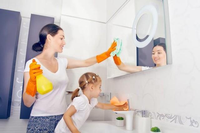 Yêu cầu bé làm việc nhà như một hình phạt cũng là biện pháp hay. Ảnh minh họa: Livestrong.com