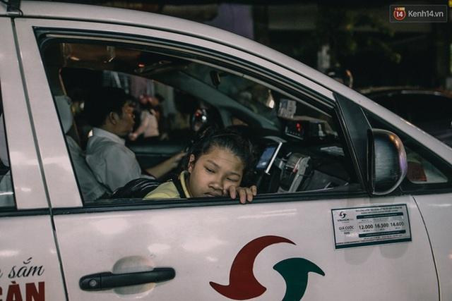 Khoảng 500 m tiếp theo là cầu vượt Lăng Cha Cả cũng không thông thoáng hơn do dòng xe từ đường Trường Sơn, Cộng Hòa đổ về quá đông. Một cô bé học sinh mệt mỏi trên chiếc taxi.