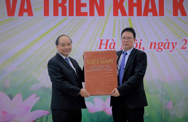 Lãnh đạo VAST tặng Thủ tướng bộ Atlas quốc gia Việt Nam. Ảnh: Loan Lê.