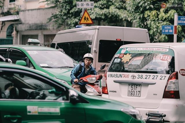 Một nam thanh niên chật vật khổ sở len lỏi ở ngã tư Lê Quý Đôn – Nguyễn Thị Minh Khai lúc 12 giờ trưa.