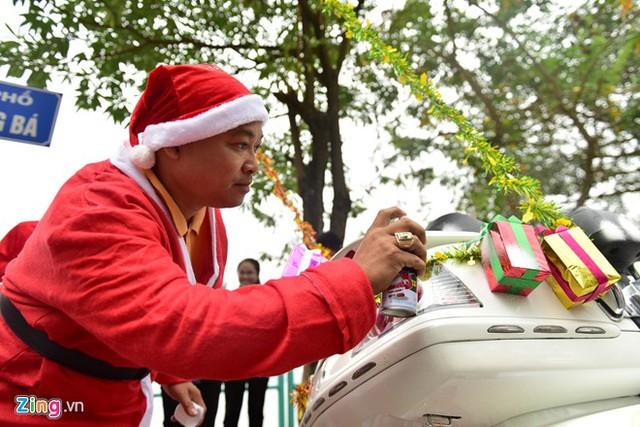 Trước khi khởi hành, anh trang trí trên xe các hình ông già Noel, hộp quà và không quên phun sơn tạo hình tuyết trắng.