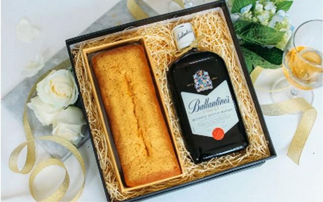 Bán kèm theo với bánh là rượu hoặc trà để khách hàng dễ dàng biếu tặng (Ảnh: Kilala)