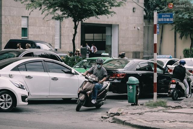 Mình thích thì mình đi ngược chiều thôi – một người đàn ông cố thoát khỏi đám đông tại ngã tư Lê Quý Đôn – Nguyễn Thị Minh Khai vào trưa ngày 23/12.