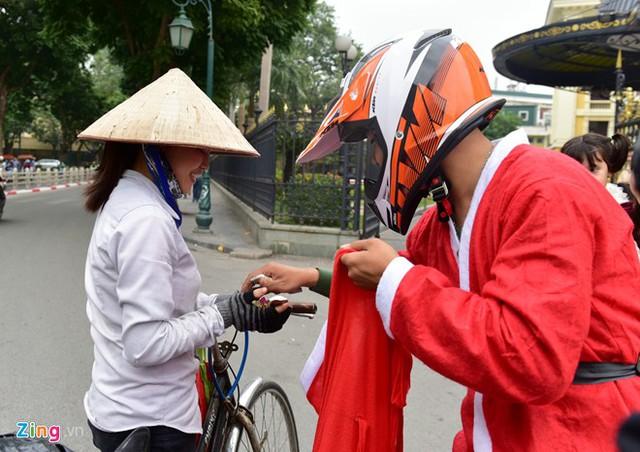 Nhóm ông già Noel đi xe phân khối lớn dừng lại ở Nhà hát Lớn Hà Nội để tặng quà cho em nhỏ và những người lao động.