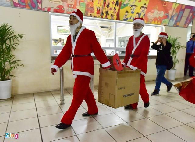 Sau đó, nhóm đến khoa Nhi của Bệnh viện Bạch Mai với hơn 100 phần quà được chuẩn bị sẵn. Mỗi phần quà trị giá 200 nghìn đồng.