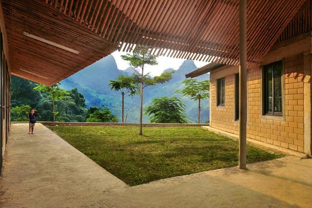 Bên trong ngôi trường còn có những khoảng vườn nhỏ làm nơi vui chơi cho học sinh.