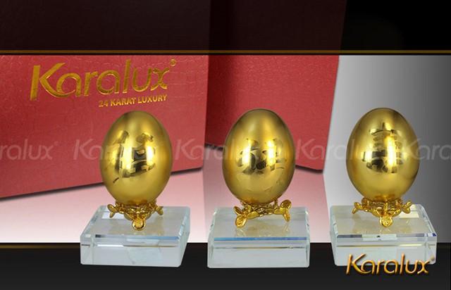 Ngoài gà mạ vàng còn có cả trứng gà mạ vàng (Ảnh: Karalux)