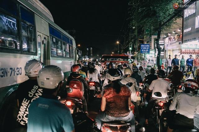 6 giờ chiều tại đường Trường Chinh, những kẻ tan sở khốn khổ khi đường về nhà còn quá xa xôi...