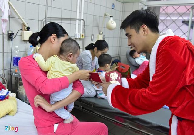 Ông già Noel tặng quà cho bệnh nhi đang được điều trị tại đây.