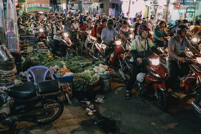Các cửa hàng rau quả bày xuống lòng đường gây cản trở giao thông ở đường Cộng Hòa.