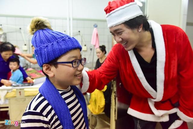 Nhóm đã cẩn thận chuẩn bị quà riêng cho các bé trai và bé gái. Mỗi phần quà có khăn, mũ len, quần áo và một bao lì xì.
