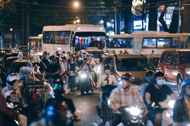 Xe hơi đỗ bên đường cùng với hàng rong, người đi bộ tràn xuống lòng đường, xe máy xe ô tô đi hỗn loạn là một trong những nguyên nhân khiến các ngả đường trung tâm ùn tắc.