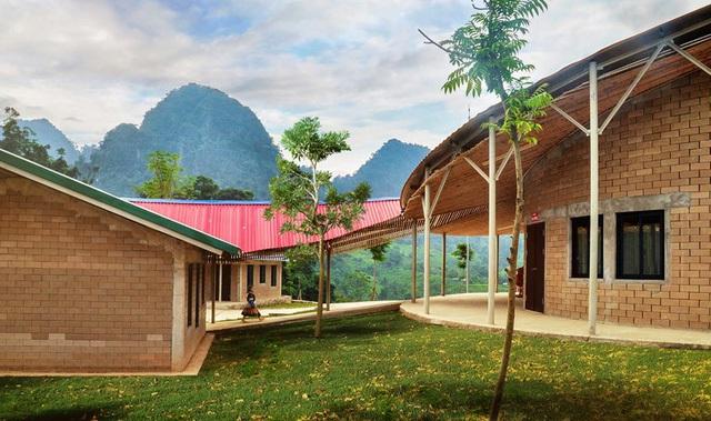 Không gian ngôi trường được tổ chức linh hoạt kết nối với nhau bằng những hành lang dài.