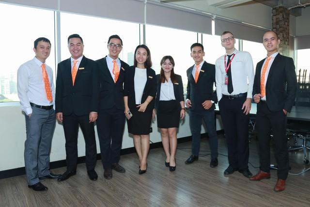 Chân dung CEO Nguyễn Đình Quyền (bên phải ngoài cùng)