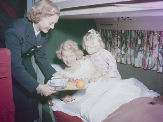 13 bức ảnh cho thấy bữa ăn trên máy bay cách đây 60 năm sang chảnh gấp chục lần ngày nay - Ảnh 1.