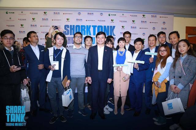 Sinh viên Hà Nội hào hứng chụp ảnh chung với các Shark.